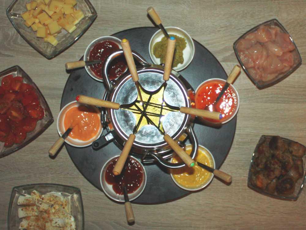 Fondue Set mit Fonduegäbelchen, Dip Schalen und Drehteller