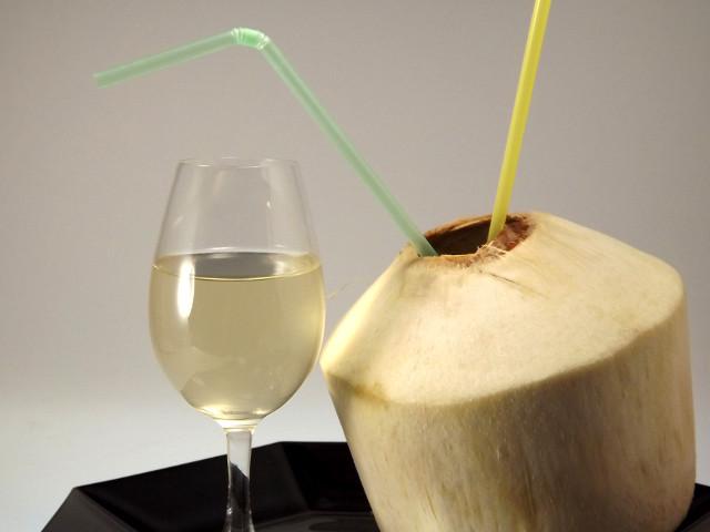 Frisches Wasser der Kokosnuss