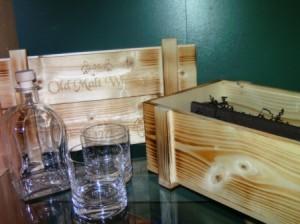 Holzkiste, Flasche und Whiskybecher