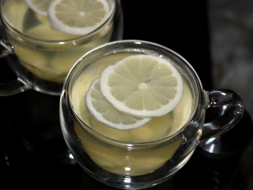 Frischer Ingwertee mit Zitronenschreiben