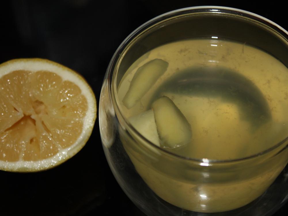 Frisch gebrühter Ingwertee mit Zitronensaft