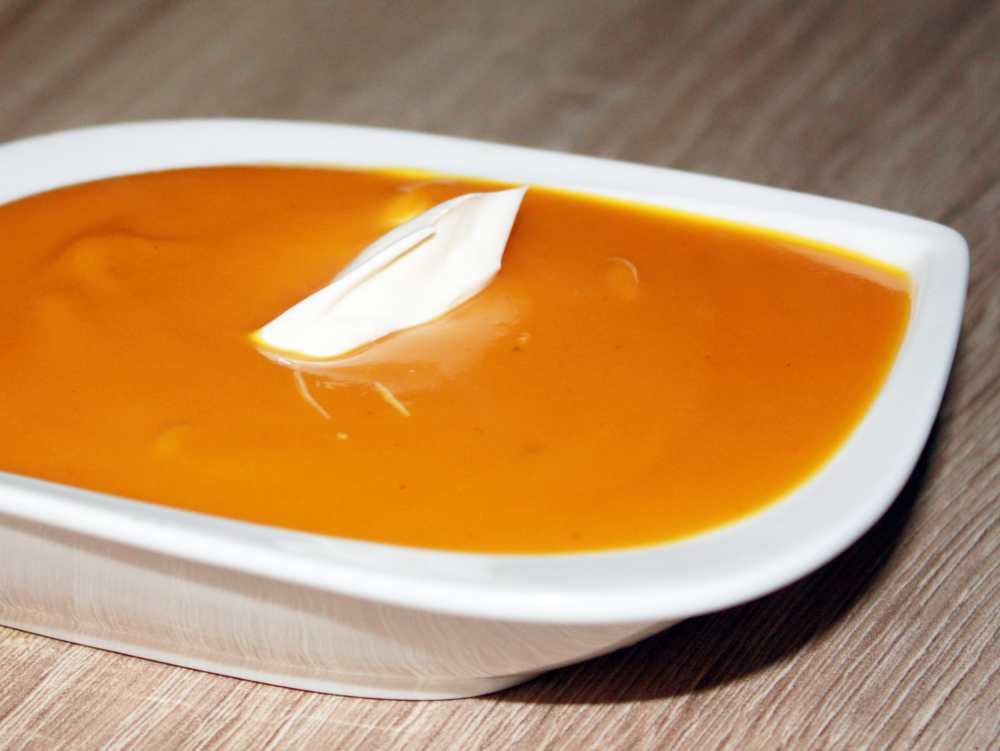 fertige Kürbis Suppe mit einem Schlag Creme fraiche