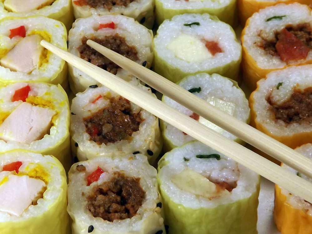 Leckere Reisröllchen mit Dips als Partyessen