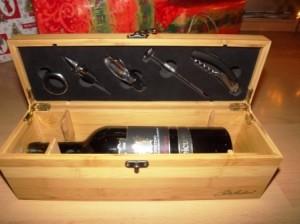 Stilvoll Weinflaschen und Werkzeug aufbewahren