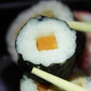Mit Sushimesser Zutaten für Sushi schneiden