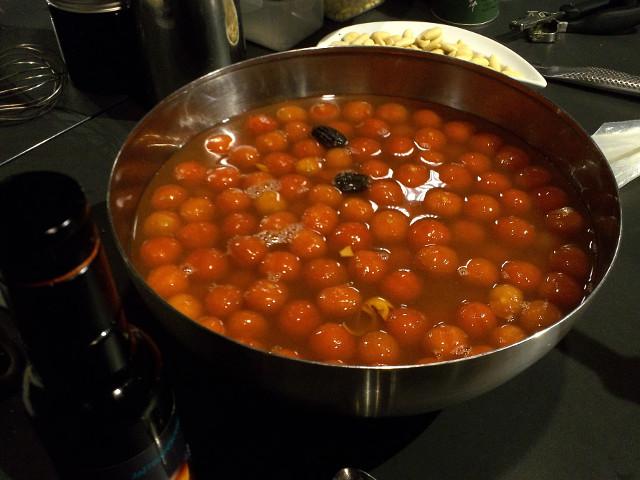 Tomatendessert beim Blanchieren