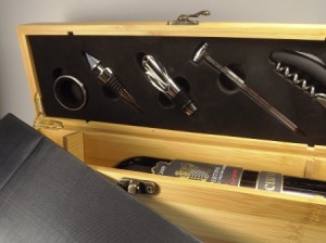 Werkzeug für Anrichten des Weins im Deckel der Box