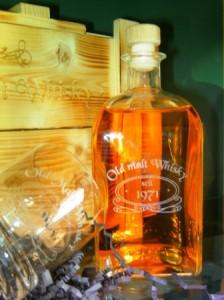 Whiskyflasche mit Whiskybecher