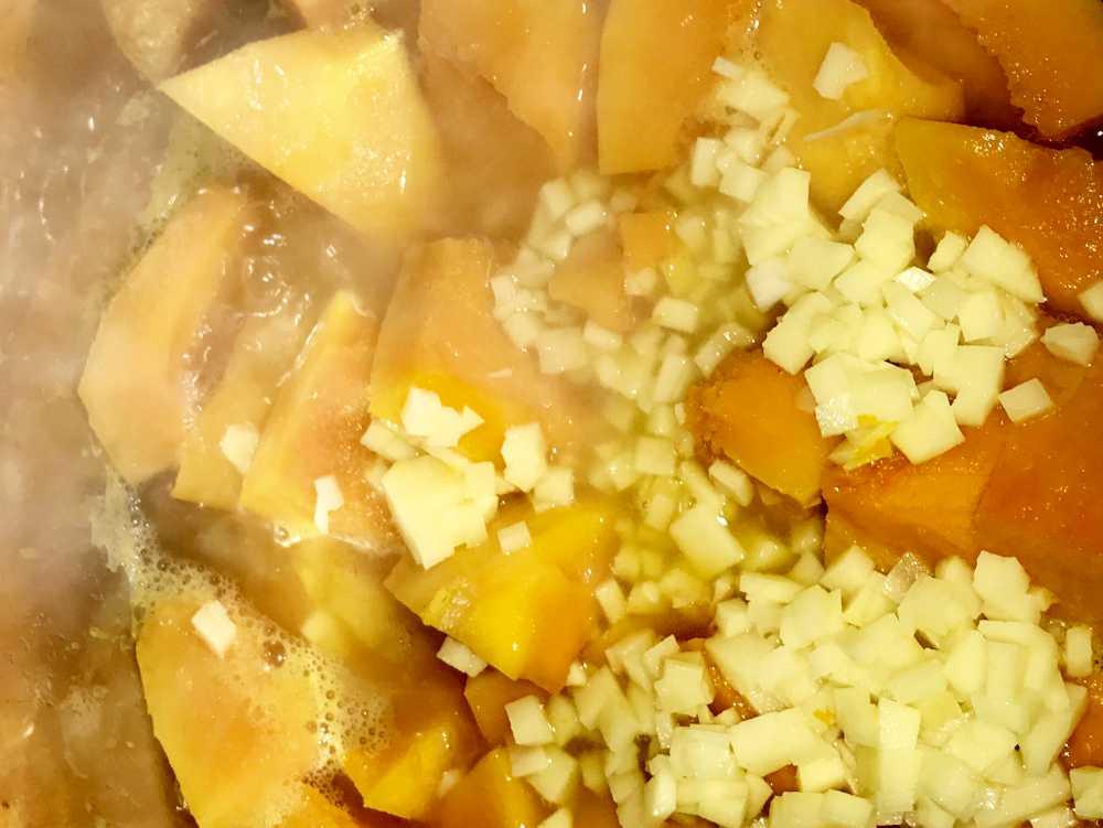 Zutaten Kürbis Suppe köcheln im Suppentopf